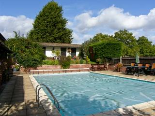 THE BUNGALOW, country holiday cottage, with pool in Bentley, Ref 8768