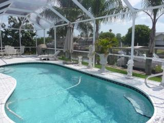 Tropical Villa Pool Canal quick Gulf access Boat, Cape Coral