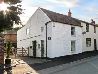 THE WHITE HOUSE, pet friendly, character holiday cottage, with a garden in Middl