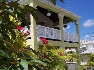 AIRY APARTMENT, SUPER LOCATION IN PAYNES BAY, location de vacances à Saint-James