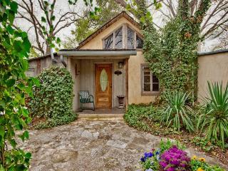 Austin Street Retreat - Eli's Suite, Fredericksburg