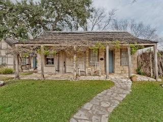 Austin Street Retreat - Maria's Suite, Fredericksburg