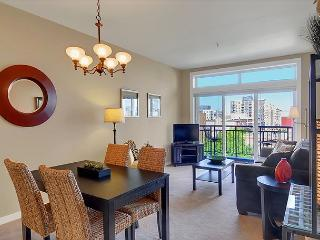 Spacious One Bedroom Condo with Water and City View - 10% off August 2016!, Seattle