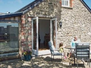 Y CARTWS, pet friendly, luxury holiday cottage, with a garden in Newport, Pembro