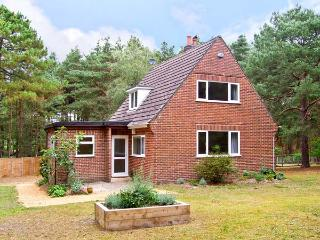THE CHALET, pet friendly, country holiday cottage, with a garden in Avon Heath Country Park, Ref 6108, St Ives