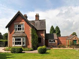 HIGHFIELD COTTAGE, family friendly, country holiday cottage, with a garden in Le
