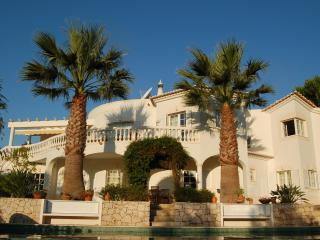 4 bedroom luxury villa, hot tub & pool. New prices, Budens