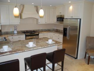 Beautiful Open Granite Kitchen w/Breakfast Counter For Three