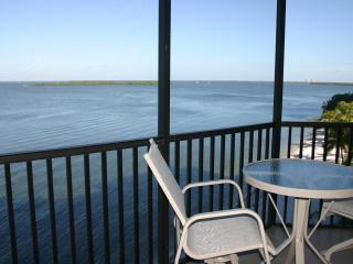 SHR 2 Bedroom Water Front Condo- Free Bicycles-Summer Dates Available, Fort Myers