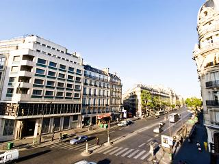 Enchanting Paris Apartment Near Champs Elysees - Le Serin