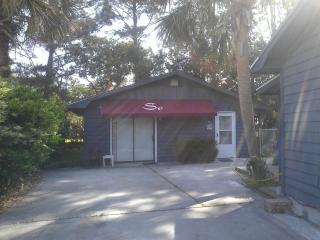 Roomy 1 BR cottage house in Surfside Beach