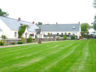 Child Friendly Holiday Cottage - 4 Tudor Lodge Cottages, Jameston
