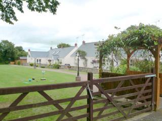Child Friendly Holiday Cottage - 5 Tudor Lodge Cottages, Jameston