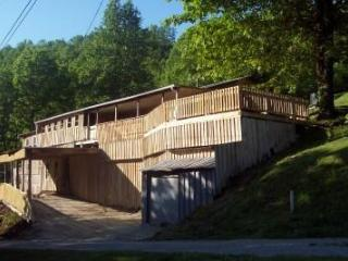 Rustic Lakeside Home-View,Kayaks,Jacuzzi,Swim,Wifi, Cookeville