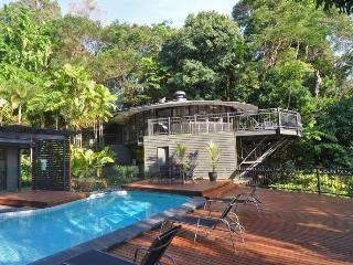 The Red Arrow Lodge, sleeps 13, sea views, pool, Cairns