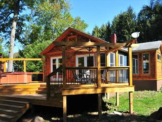 Captivating 2 Bedroom cottage with hot tub offers amazing river access!, Oakland