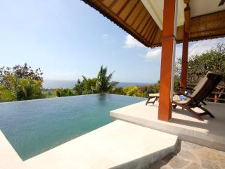 SingSing: Fabulous Villa near Waterfall and Beach, Lovina Beach