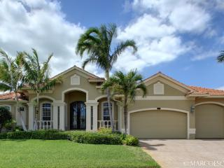 CLIFTON - Stately Island Villa, Easy Walking Distance to Tigertail Beach !!, Marco Island