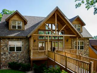 Black Bear Lodge - 7 Master Suites-sleeps 24, Branson