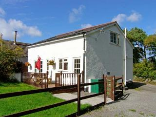 FARMHOUSE COTTAGE, pet friendly, country holiday cottage, with a garden in Pentr