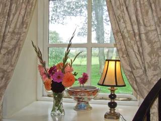 MILKMAID'S PARLOUR, pet friendly, character holiday cottage, with a garden in