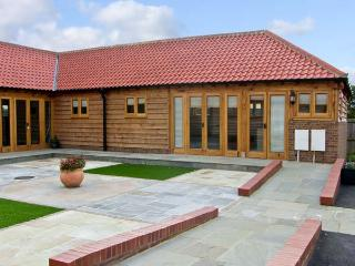 5D HIDEWAYS, family friendly, character holiday cottage, with a garden in Hunstanton, Ref 8748