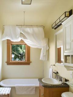 Loft Suite - Full Bathroom