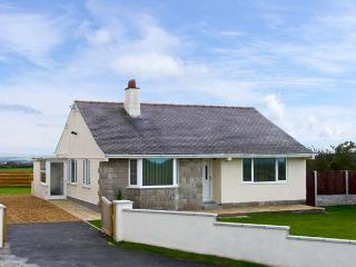 BRYN AWEL, pet friendly, country holiday cottage, with a garden in Church Bay, Ref 10833, Isla de Anglesey