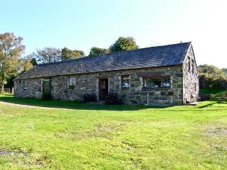 TRYFAN COTTAGE, family friendly, character holiday cottage, with a garden in Caernarfon, Ref 10820