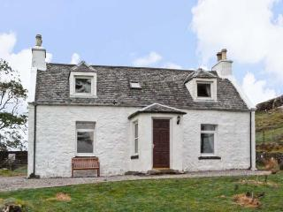THE GHILLIE'S COTTAGE, country holiday cottage, with a garden in Dunvegan, Isle