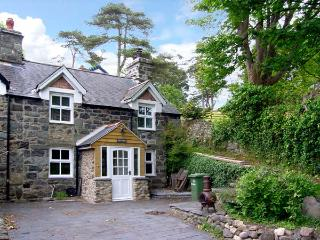 TAN Y BRYN, family friendly, character holiday cottage, with a garden in Llwyngwril, Ref 7923, Fairbourne