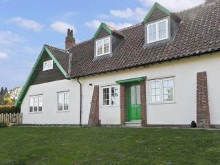 NO. 2 LOW HALL COTTAGES, pet friendly, with a garden in Scalby, Ref 6960