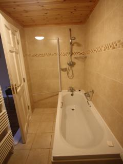 Oakwood: En suite bathroom