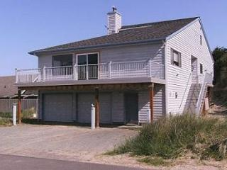 Beaches 'N Green~Vaulted ceilings with skylights and Ocean Views!!!, Manzanita
