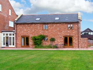 THE GRAINSTORE, pet friendly, character holiday cottage, with a garden in Vale O