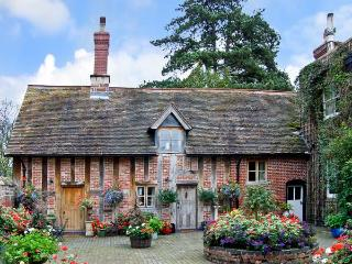 COURTYARD COTTAGE, romantic, luxury holiday cottage, with open fire in Meeson, R
