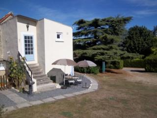 Les Tournesols 2 bedroom gite in 18th C farmhouse, La Roche-Posay