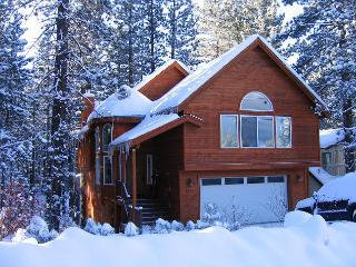 Great Chalet Getaway! 4 Bedroom, hot tub, pool table, BBQ