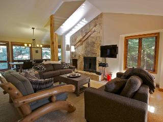 Ski-in, Ski-out luxury 3 bdrm + den, private hot tub, Whistler
