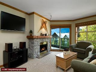 Aspens #562, Top Floor 1 Bdrm, Ski in Ski out, Bright Pool View, Free Wifi, Whistler