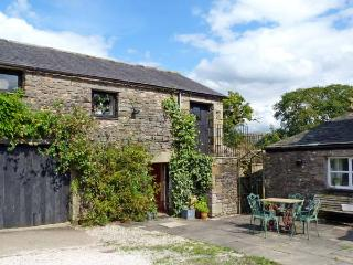 THE GRANARY, pet friendly, character holiday cottage, with a garden in Kirkby