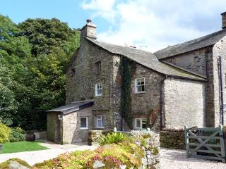 BECKSIDE COTTAGE, pet-friendly, character holiday cottage, with a garden in Kirkby Lonsdale, Ref 9985