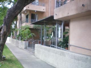 Beverly Hills Location walk to shops/ restaurants 2+2 Wi-Fi/Gym/2 parkings!