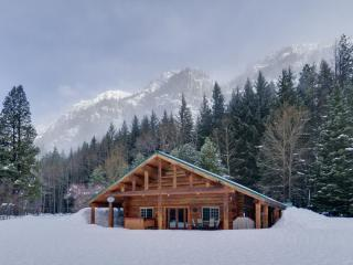 Rock Mountain Lodge-Handcrafted Log Home, Leavenworth
