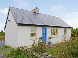 BLUEBELL COTTAGE, character holiday cottage, with a garden in Spanish Point