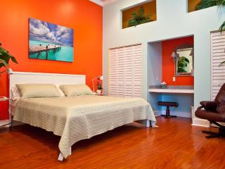 STEPS TO DUVAL!! BELLA VITA   LUXURY,  SLEEPS 2-4,, Key West