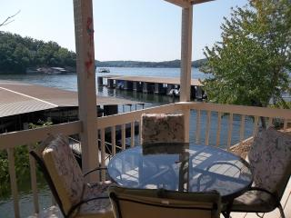 Off Season Special, Beautiful Lakefront Condo, King Bed, WiFi, Gas Grill, Lake Ozark