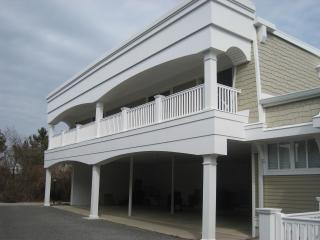 2 BR condo with pool 1 block from beach!, Cape May