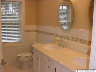 Geteiltes Badezimmer im Obergeschoss mit Doppel-Waschtisch