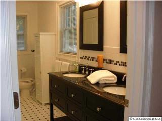 Master-Schlafzimmer-Badezimmer mit Doppel-Waschtisch